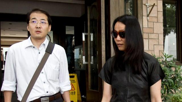 L'advocat Xia Lin, qua cun la dunna dal artist renumà Ai Weiwei ch'el aveva represchentà avant dretgira.