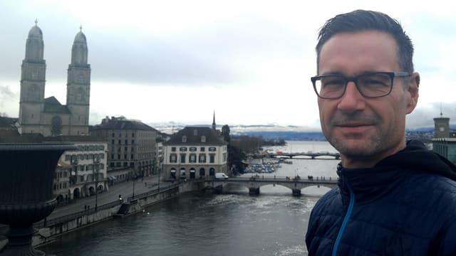 Michael Näf, Erfinder von Doodle, auf der Dachterrasse seines Büros am Zürcher Weinplatz. Im Hintergrund das Münster. Und die Glarner Alpen.