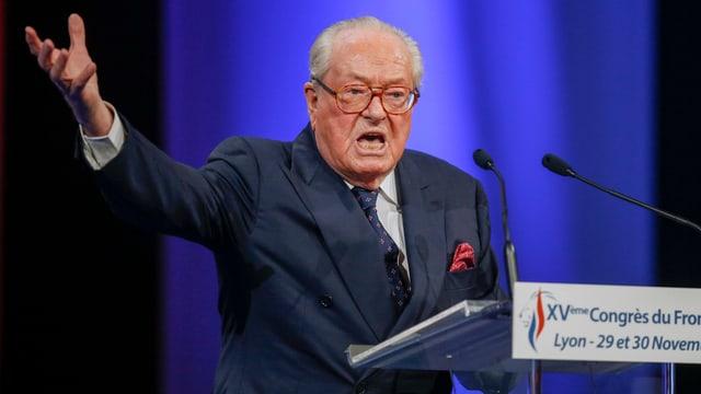 Jean-Marie Le Pen discurra avant il microfon