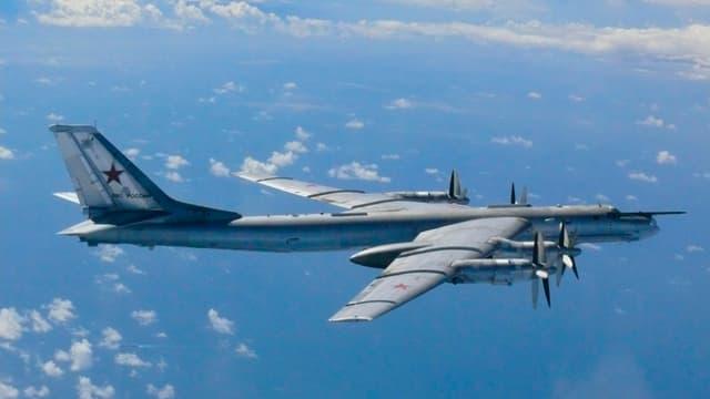 Russischer Bomber über dem Meer