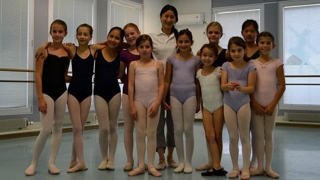 Yen Han umringt von einer Schar Mädchen in Ballettkleidern