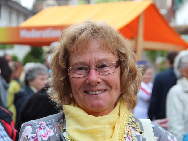 Porträtbild von Ida Manser vor einem Radio SRF 1-Stand in Bischofszell.