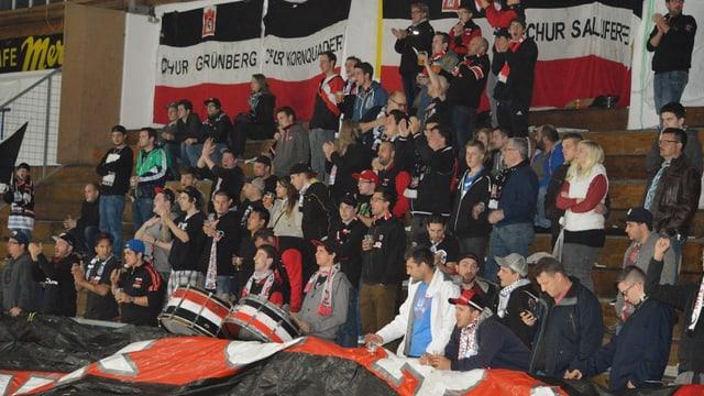 Fans da Cuira durant in derbi cunter Arosa.