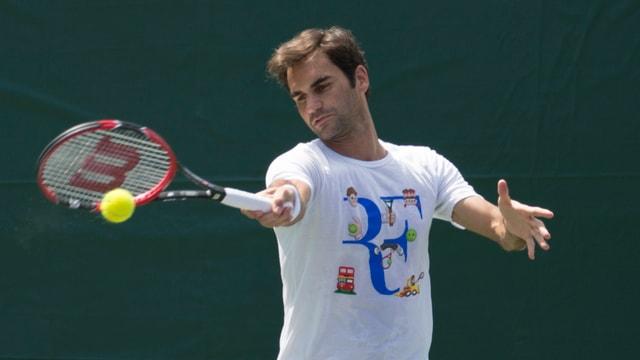 Roger Federer schlägt im Training in Miami eine Vorhand.