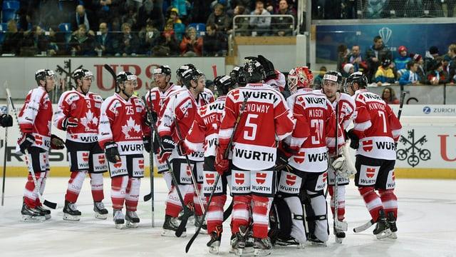 Kanadische Spieler beglückwünschen sich nach Spielschluss am Spengler Cup 2013.