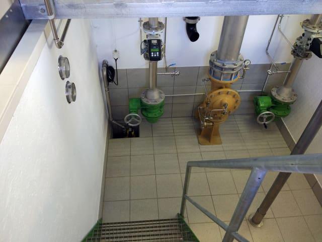 Blick runter in einen Raum mit Wasserzähler