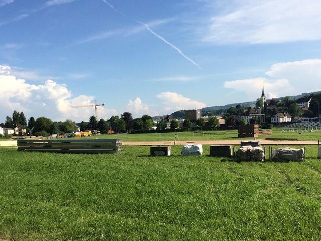 Ein grosses Feld mit Baumaterial
