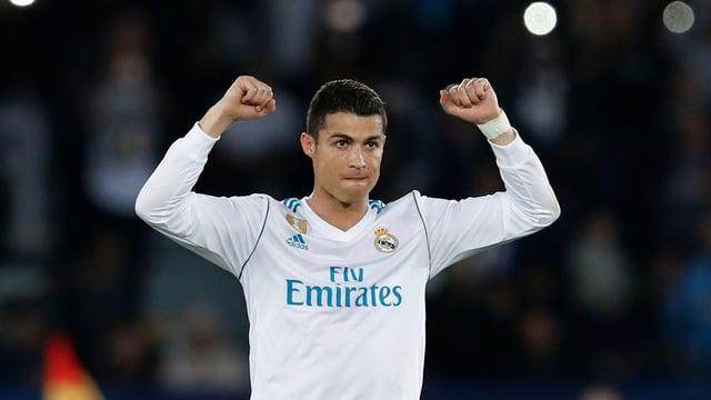 Purtret da Cristiano Ronaldo che tigna si ils mauns.