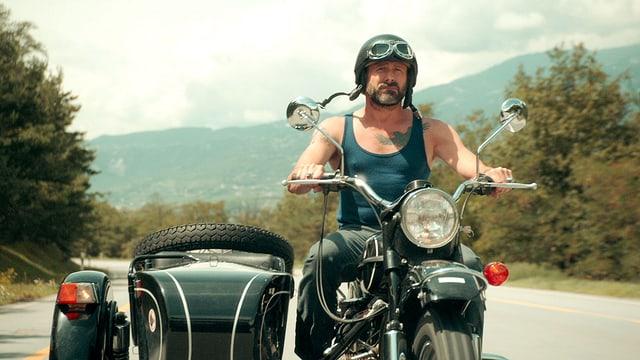 Ein Mann auf einem Motorrad.