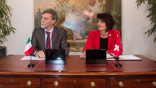 Graziano Delrio und Doris Leuthard sitzen an einem Tisch.