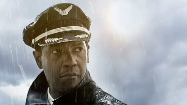 Ein Pilot steht im Regen.