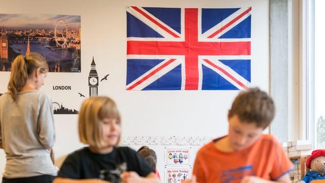 Eine englische Fahne hängt in einem Klassenzimmer.