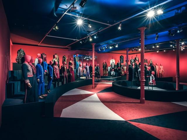 Ausgestellte Zirkus-Kostüme im Textilmuseum