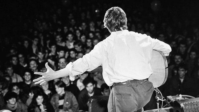 Wolf Biermann am 21.10.1989 auf dem Bundesplatz in Bern, Aufnahme von hinten, im weissen Hemd.
