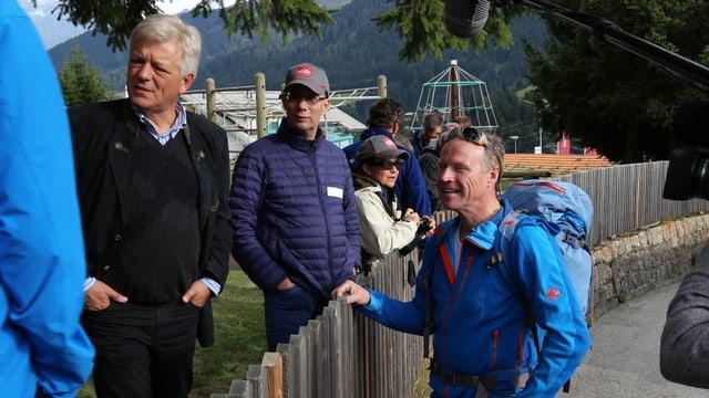 Beat Röschlin president da Tujetsch e Andreas Meyer CEO da la viafier federala s'entaupan, dentar els en ina saiv