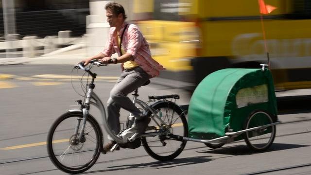 E-Bike-Fahrer mit Anhänger