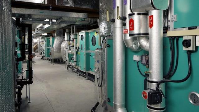 Eine grüne Lüftungsanlage im Keller der Universität Zürich.