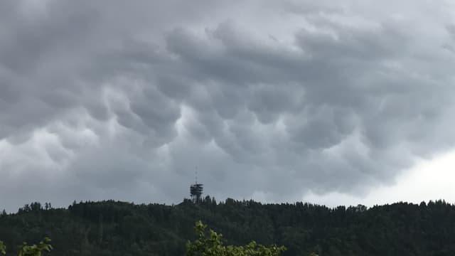 Dunkelgraue Mammatuswolken über der Region Bern am Sonntagabend.