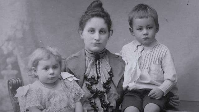 L'uffant Moritz Conradi cun sia mamma e sia sora.