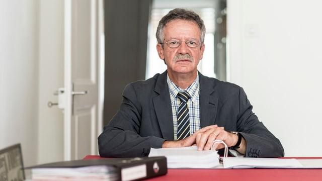 Strafrechtsprofessor Martin Killias sitz an einem Tisch