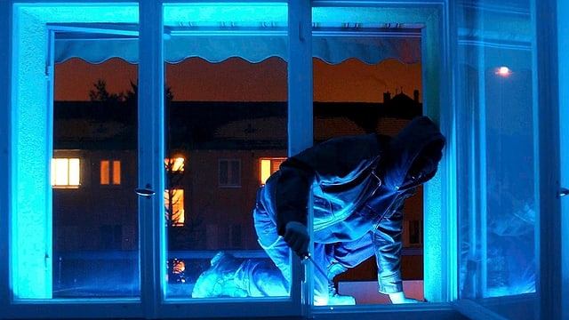 Symbolbild Einbrecher bei Nacht