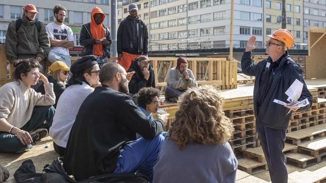 Thomas Hirschhorn (rechts) spricht zu seinen Arbeitern auf einer Plattform der «Robert-Walser-Skulptur».