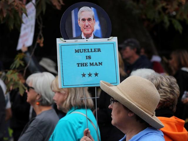 Anti-Trump-Demo, eine Frau hält ein Schild mit der Aufschrift «Mueller is The Man»