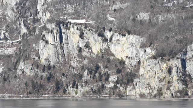 Betliserstrasse am Walensee wird von einer Felswand überragt
