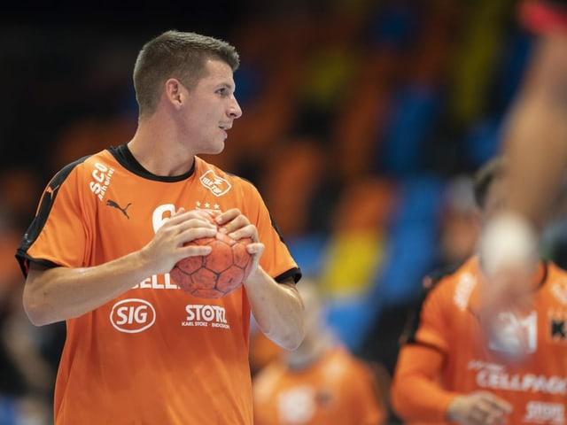 Dimitrij Küttel im Trikot der Kadetten hat einen Ball in der Hand.