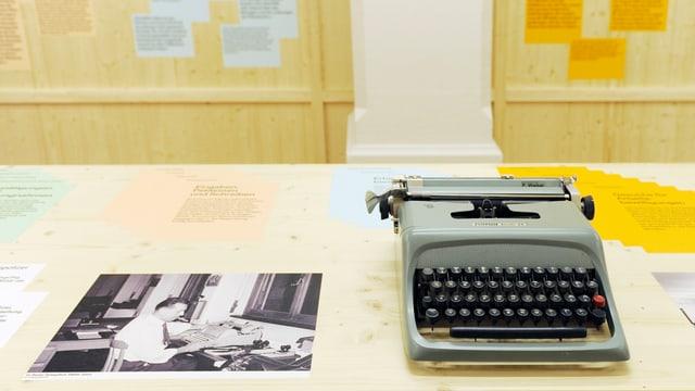 Eine Schreibmaschine auf einem Ausstellungstisch.