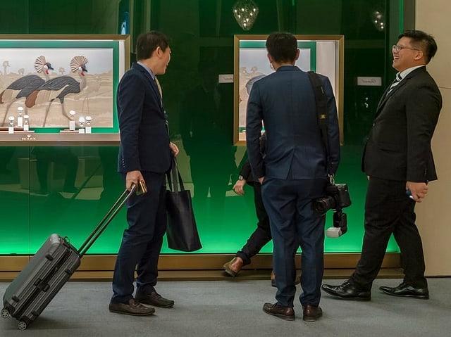 Besucher am Rolex-Stand an der Uhren- und Schmuckmesse Baselworld.
