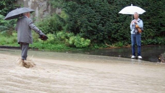 Heftige Regenfälle und eine überschwemmte Strasse im Zürcher Oberland