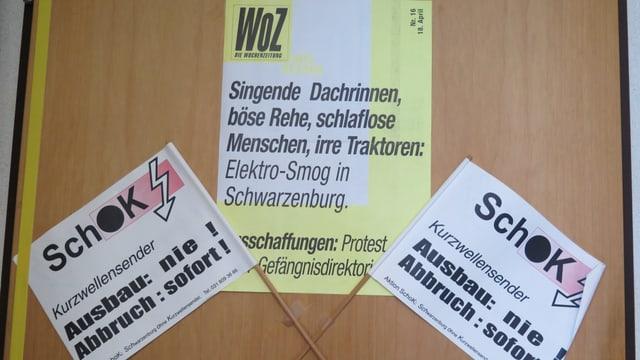 Plakate an einer Tür.