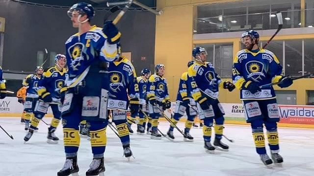 Giugaders da hockey da l'EHC Arosa sin il glatsch.