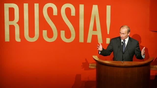 Wladimir Putin vor roter Wand mit der Aufschrift «Russia».