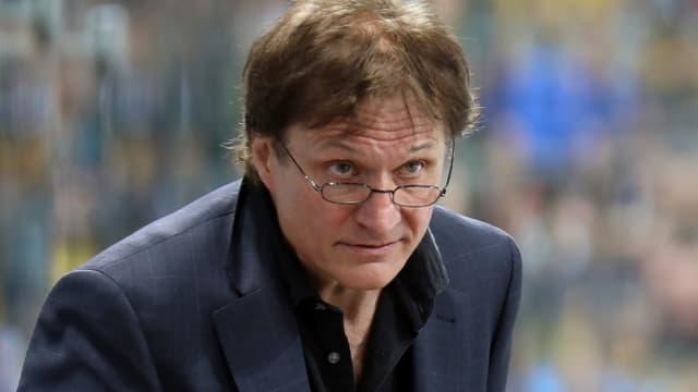 Arno del Curto schaut über seinen Brillenrand.