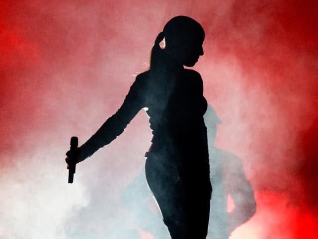 Schattenfrau im Bühnenlicht: Sade während eines Konzerts.