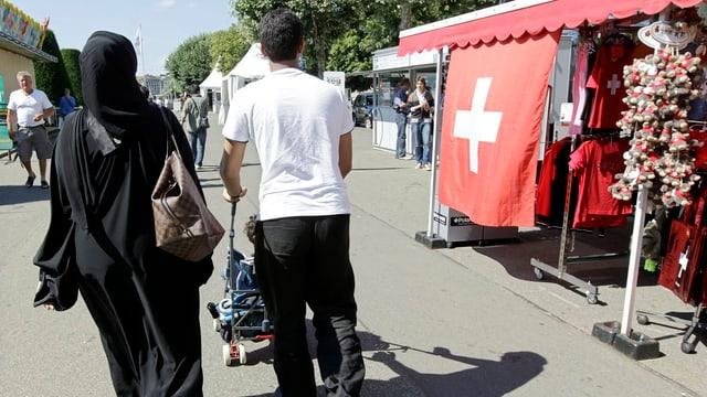 Eine verschleierte Frau und ihr Mann in den Strassen von Genf