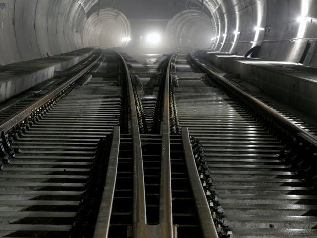 Tunnel mit Schienen.
