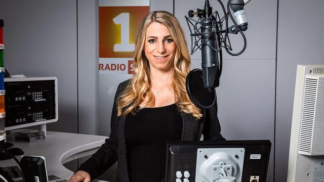 Priska Plump im Studio von Radio SRF 1.