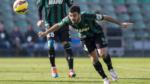 Sassuolo-Captain Francesco Magnanelli setzt zu einem Flugkopfball an.