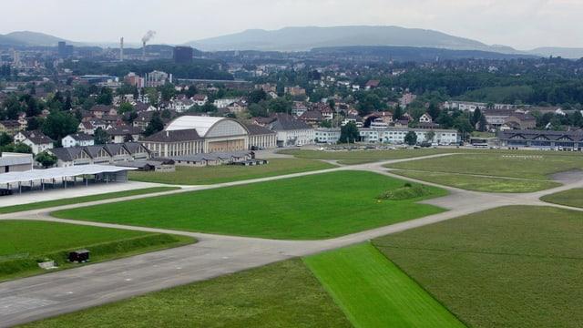Der Flugplatz Dübendorf mit Rollfeld und Fluggebäude im Hintergrund
