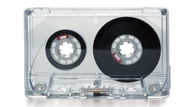 Eine trasparente Kasette. Symbolisch für die Playslist von Mental Xs Sendung.