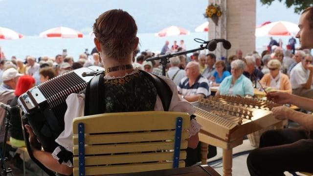 Eine Volksmusik-Formation auf einer Bühne.