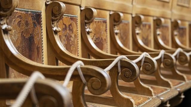 Holzsitze, die mit einem Seil abgesperrt sind.