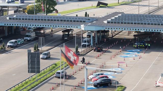 Schweizer Srassen-Grenze zu Deutschland in Basel mit vereinzelten Autos