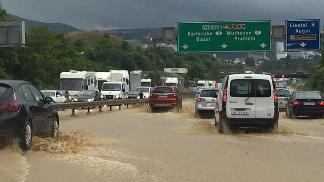 In der Nordwestschweiz war sogar die Autobahn überflutet.