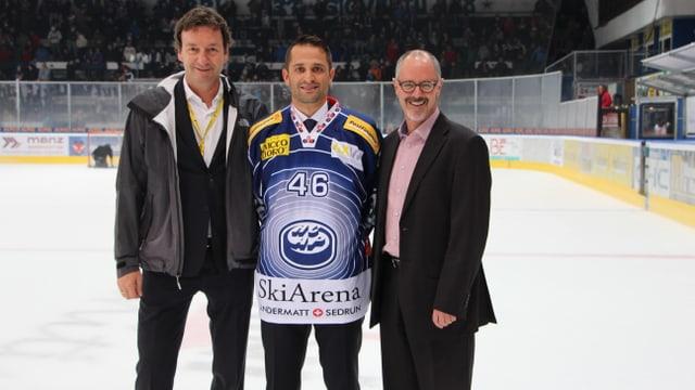 Marcel Scheidegger (marketing) e Paulo Duca (capitani) cun Silvio Schmid (directur, arena da skis Andermatt-Sedrun)