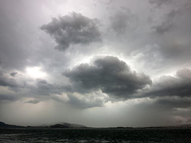 Dunkle Wolken über dem See.