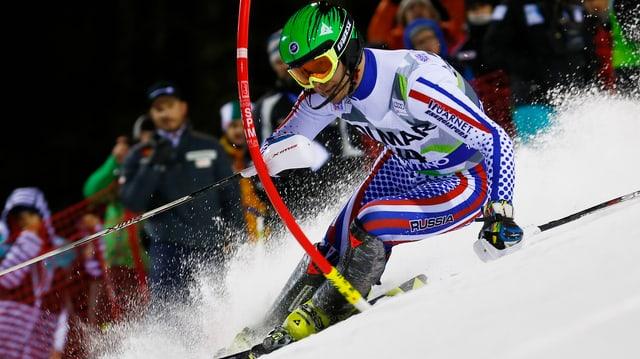 Alexander Choroschilow umkurvt eine Slalomstange.